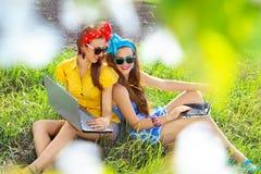 laptop kobieta elegancka używać Fotografia Royalty Free