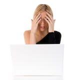 laptop kobiety zmartwioni potomstwa Obrazy Stock