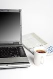 Laptop, Koffie en krant Royalty-vrije Stock Foto