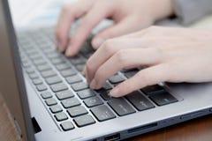 Laptop, komputer, komputer stacjonarny, Ludzka ręka, biuro obraz stock