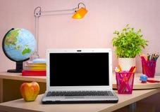 Laptop, książki i szkolne dostawy, jest edukacja starego odizolowane pojęcia Fotografia Stock