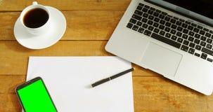 Laptop, leeres Papier, Handy, Stift und Kaffee auf Tabelle 4k stock video footage