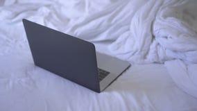 Laptop liegt auf Bett stock video