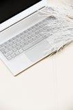 Laptop ligt op de bank met bloem stock foto's