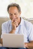 laptop living man room smiling Στοκ φωτογραφίες με δικαίωμα ελεύθερης χρήσης