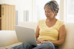 laptop living room smiling woman Στοκ Φωτογραφία