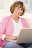 laptop living room smiling woman Στοκ φωτογραφίες με δικαίωμα ελεύθερης χρήσης
