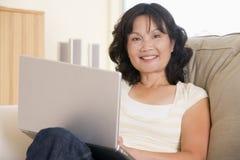 laptop living room using woman Στοκ φωτογραφίες με δικαίωμα ελεύθερης χρήσης