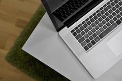Laptop MacBook Pro die op de lijst liggen Stock Foto