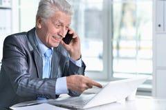 laptop man senior using στοκ φωτογραφία με δικαίωμα ελεύθερης χρήσης