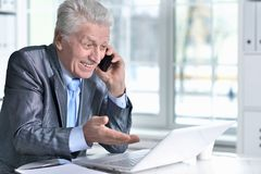 laptop man senior using στοκ εικόνα με δικαίωμα ελεύθερης χρήσης