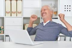 laptop man senior using Στοκ Εικόνες