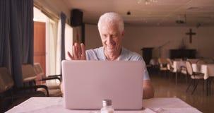 laptop man senior using απόθεμα βίντεο