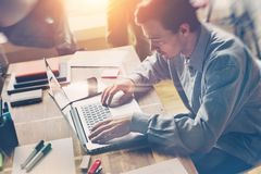 laptop man working Γραφείο ανοιχτού χώρου Περιστασιακός κώδικας ντυσίματος Στοκ Φωτογραφίες