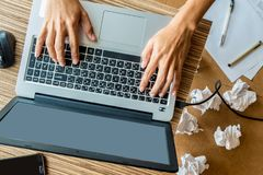 laptop man working Στοκ εικόνα με δικαίωμα ελεύθερης χρήσης