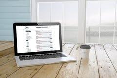 laptop met baan biedt website op het scherm met aan havenachtergrond Royalty-vrije Stock Foto's