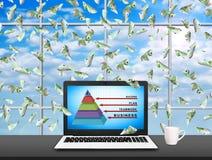 Laptop met bedrijfspiramide Stock Foto