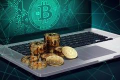 Laptop met Bitcoin-symbool op scherm en stapels van gouden Bitcoin vector illustratie