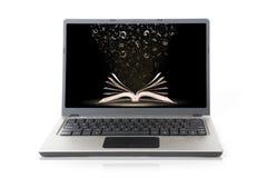 Laptop met boekbehang dat op wit wordt geïsoleerdk Royalty-vrije Stock Foto's