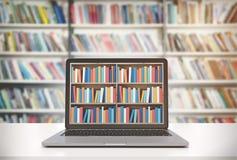 Laptop met boekenrekken op het scherm, bibliotheek Stock Afbeeldingen