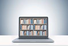 Laptop met boekenrekken op het scherm, wit bureau Stock Afbeelding