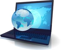 Laptop met Bol en kaart van de Wereld Stock Foto's