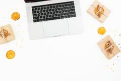 Laptop met de dozen van de Kerstmisgift op witte achtergrond Zelfklevende nota's over een witte achtergrond Hoogste mening Vlak l Stock Afbeeldingen