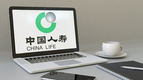 Laptop met de Verzekeringsmaatschappijembleem van China Life op het scherm Het moderne werkplaats conceptuele redactie 3D terugge stock illustratie
