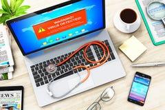 Laptop met de waarschuwingsbericht van de virusaanval op het scherm en stethosco Stock Foto's