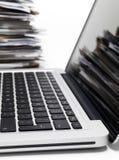 Laptop met dossiers Stock Fotografie