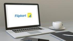 Laptop met Flipkart-embleem op het scherm Het moderne werkplaats conceptuele redactie 3D teruggeven Stock Fotografie