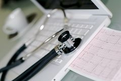 Laptop met geïntegreerde electrocardiogram Royalty-vrije Stock Afbeelding