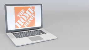 Laptop met het Home Depot-embleem Computertechnologie het conceptuele redactie 3D teruggeven Stock Afbeeldingen
