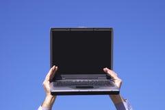 Laptop met het lege scherm in handen Stock Afbeelding