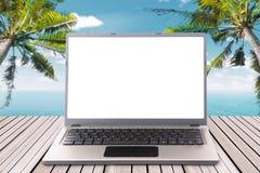 Laptop met het lege scherm op de houten pijler Stock Fotografie