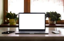 Laptop met het lege scherm op lijst Stock Foto