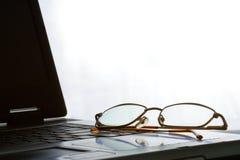 Laptop met het leggen van glazen Royalty-vrije Stock Foto