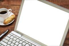 Laptop met het wit scherm op rustieke houten lijst stock afbeeldingen