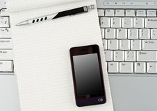 Laptop met Hoogte - technologie mobiele telefoon en blocnote. Royalty-vrije Stock Afbeeldingen