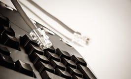 Laptop met Internet kabels Royalty-vrije Stock Afbeeldingen
