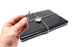 Laptop met kettingen en hangslot. stock afbeeldingen