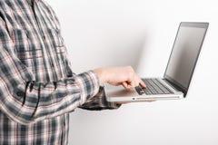 Laptop met mensenhand Stock Foto