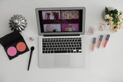 Laptop met open manier blogger plaats op lichte achtergrond royalty-vrije stock fotografie