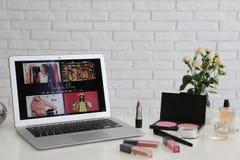 Laptop met open manier blogger plaats op lijst royalty-vrije stock foto