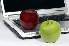 Laptop met rode en groene appel Stock Fotografie