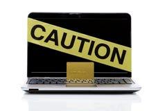 Laptop mit Achtungband und -Kreditkarte Stockfoto