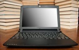 Laptop mit Büchern Lizenzfreies Stockfoto