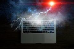 Laptop mit Blitz Gemischte Medien Stockfoto