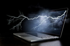 Laptop mit Blitz Gemischte Medien Gemischte Medien Stockfotos