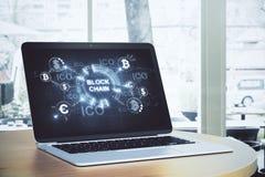 Laptop mit blockchain Schirm Stockfoto